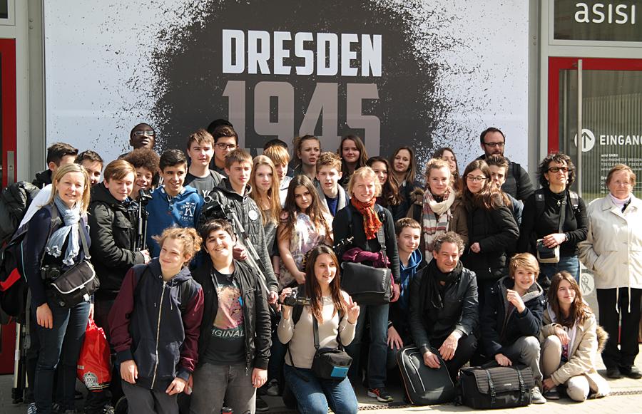 13.4.2015: Schülergruppe des Collège André Malraux, Paron (Frankreich) mit Nora Lang vor der Ausstellung Dresden 1945