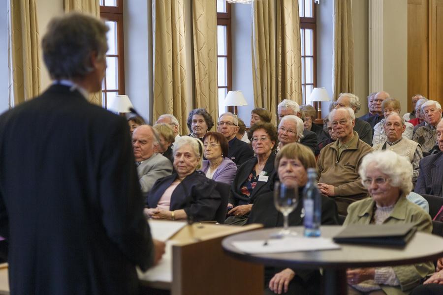 Mehr als 150 Menschen nahmen am Treffen der Überlebenden des 13. Februar 1945 teil, unter ihnen Dresdner aller Generationen und Gäste aus Europa und Japan. [Foto: David Brandt]